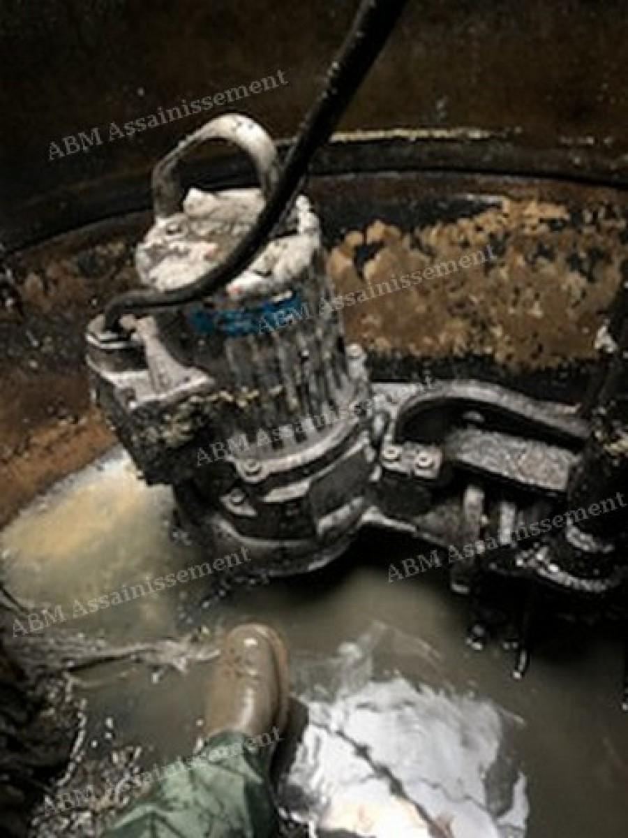 ABM Assainissement  mise en place d'une pompe de relevage chez un particulier 04 72 93 91 83
