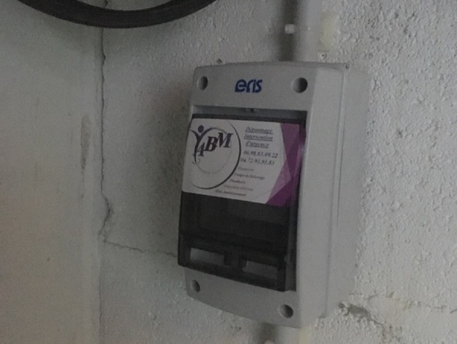 Pose d'un coffret d'alarme pour pompe de relevage par ABM ASSAINISSEMENT 04 72 93 91 83